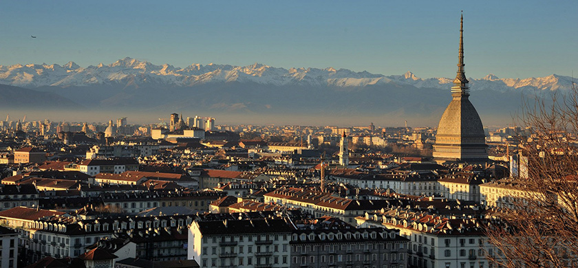 Panorama de Turin, nichée au pied des Alpes.