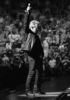Bono entre sur scène à New York.