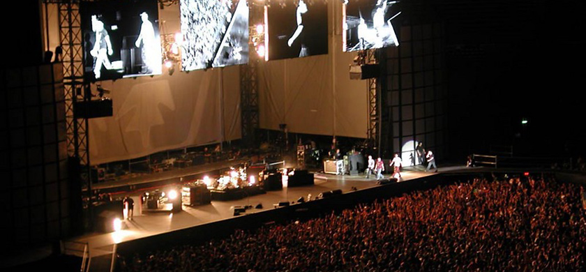 U2 sur la scène du Stadio Delle Alpi pour l'Elevation Tour.