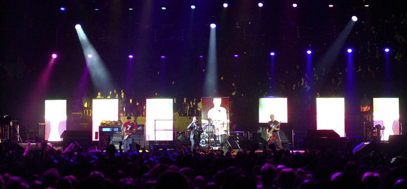 U2 sur scène durant l'Elevation Tour.
